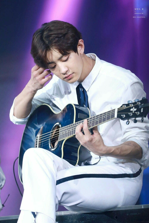 Park Chanyeol  look at his veiny arms kajdkdjkajf