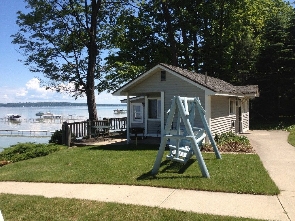 Traverse City Cottage Rental Beachside Cottages On West Bay Homeaway Beach House Rental Vacation Home Rentals Traverse City Lodging