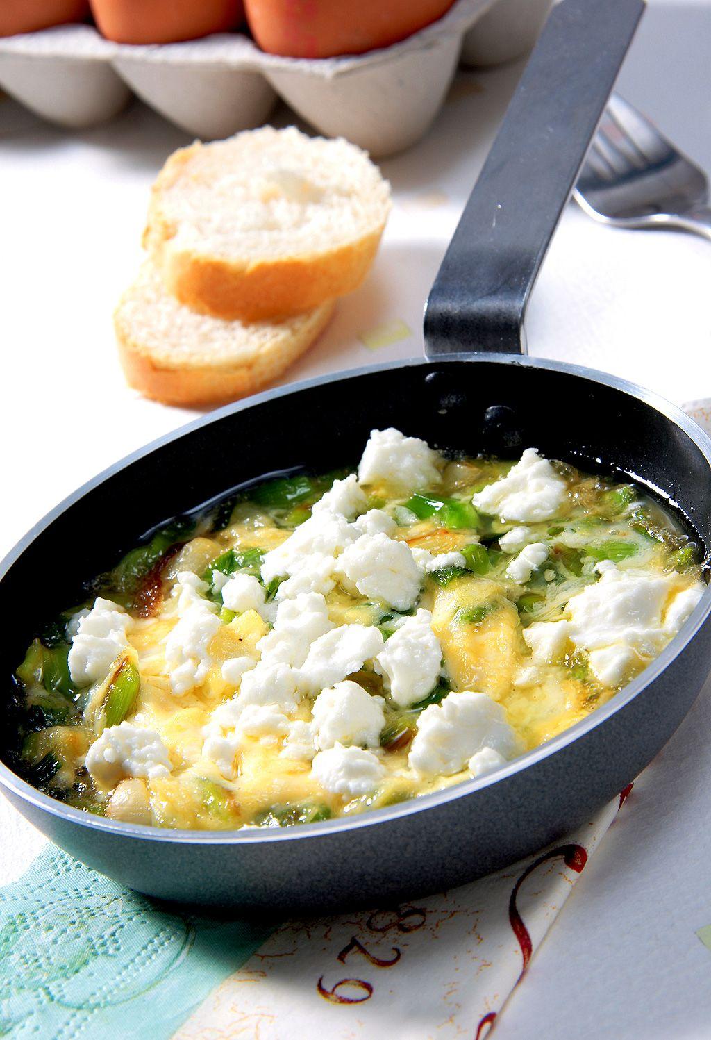 Sartén de huevos, ajetes y queso de cabra