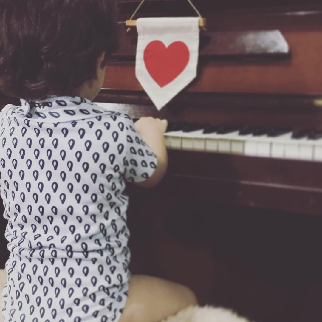 Estaremos presentes em todas as partilhas com amor!!! Música, por favor?  Interagir, compartilhar, olhar para o próximo, aprender com as diferenças e respeitá-las são atos de amor que fazem toda a diferença na formação dos nossos filhotes.  Acreditamos que podemos, de forma sensível, simples e lúdica, contribuir para esse legado!  Vestir Ö T A é um ato de AMÖR com o mundÖ. ♥️ SOMOS ÖTA♥️ 🌿😘⚠️#pertencimento #filhote #feitocomamor #memórias #ecofriendly #historias #afeto #slowfashion #amoecrio #