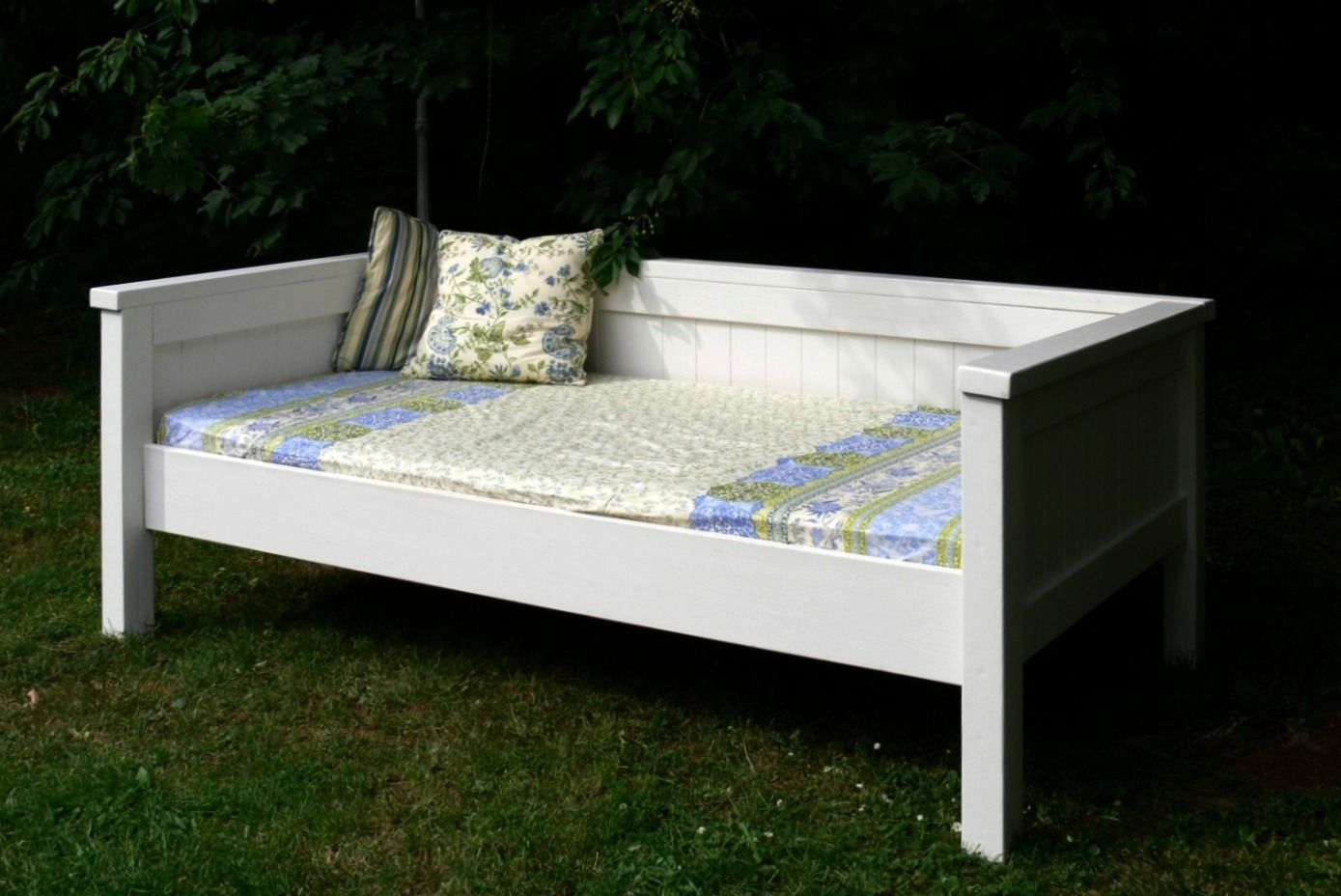 Do It Yourself Home Design: Simple Daybed/Farmhouse-Bed-Hybrid