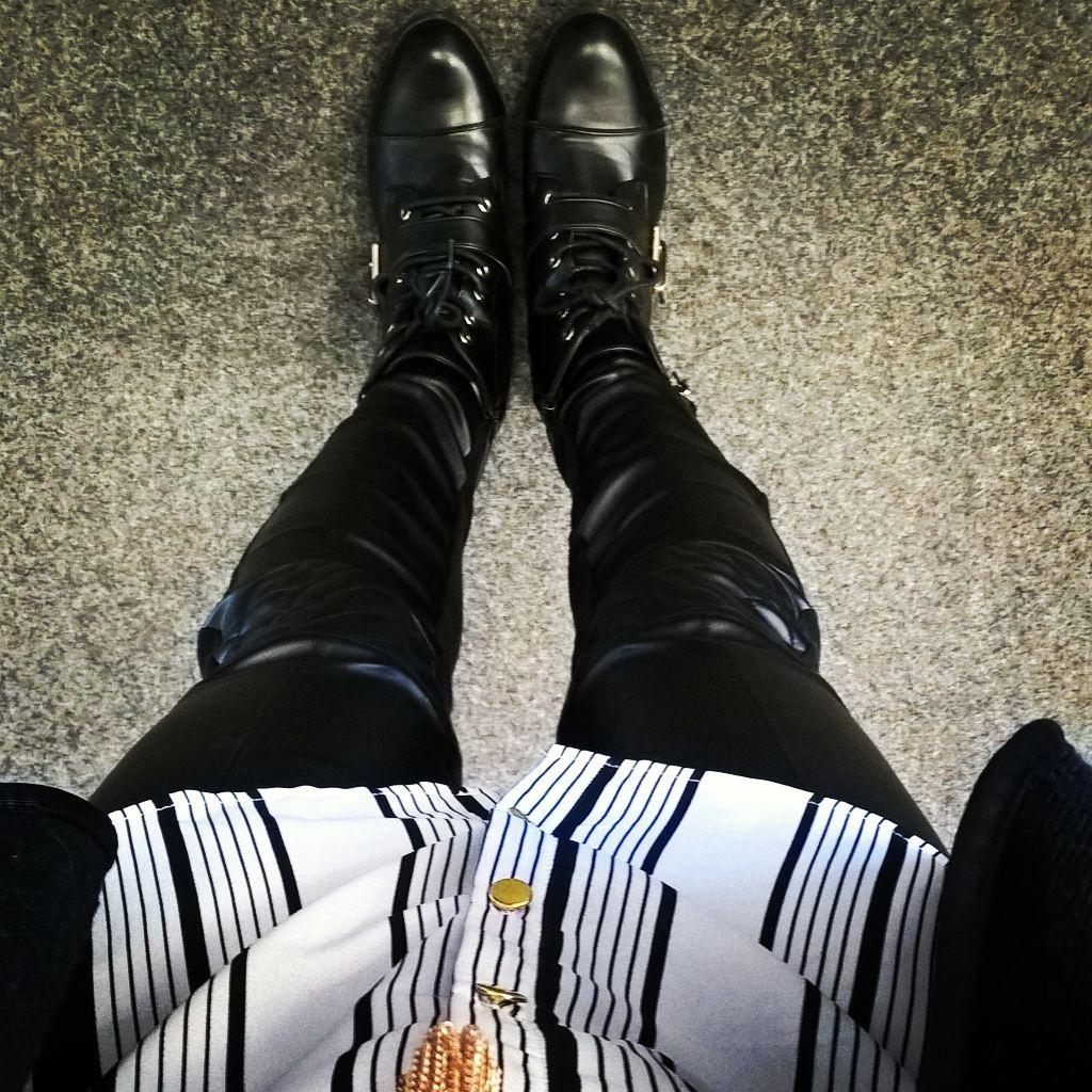 "//Outfit of the day - ""Leather Look""  Leggings: Calzedonia, Weste: Vero Moda, Bluse: Primark, Schuhe: Deichmann, Kette: Schmuckrausch  xoxo loo"
