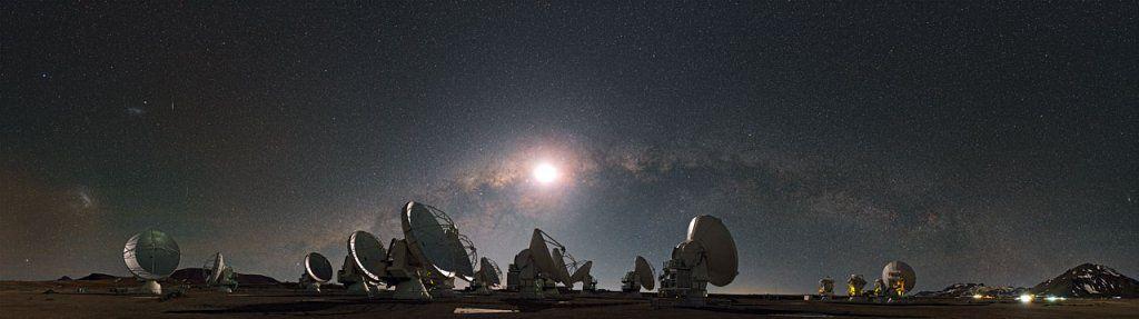 天文学家发现来自遥远星系团的神秘信号 可能来自暗物质?据国外媒体报道,天文学家发现在遥远的星系团附近存在一个神秘的信号,目前科学家对这个信号的解释仍然没有进展,由于信号强度非常微弱,因此有研究人员指出这可能是暗物质的信号。。。