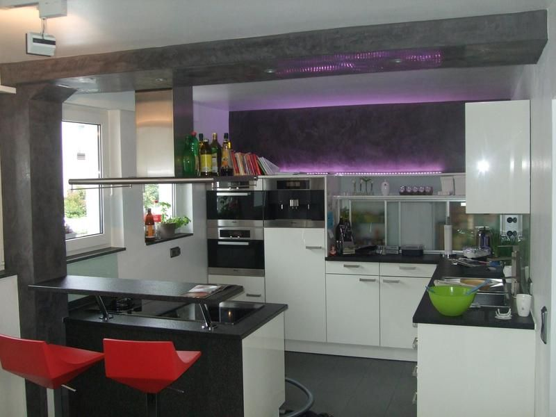 dekorative innenraumgestaltung einer schwarz wei en k che mit roten barhockern durch den michael. Black Bedroom Furniture Sets. Home Design Ideas