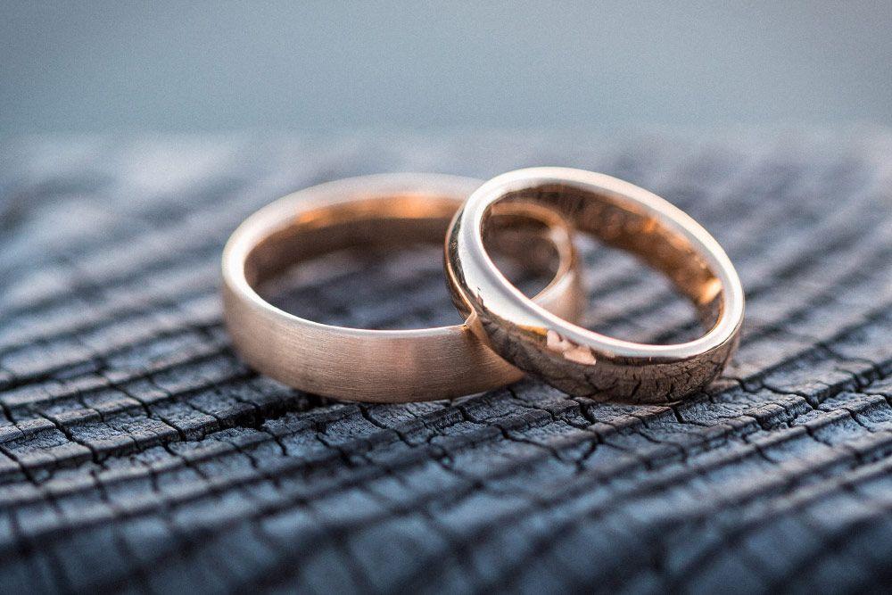 Eheringe in Gold zur Hochzeit.   Foto: Felix Vollmer Photography