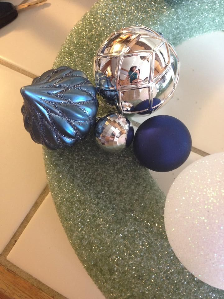 How+to+Make+A+Frozen+Inspired+Ornament+Wreath