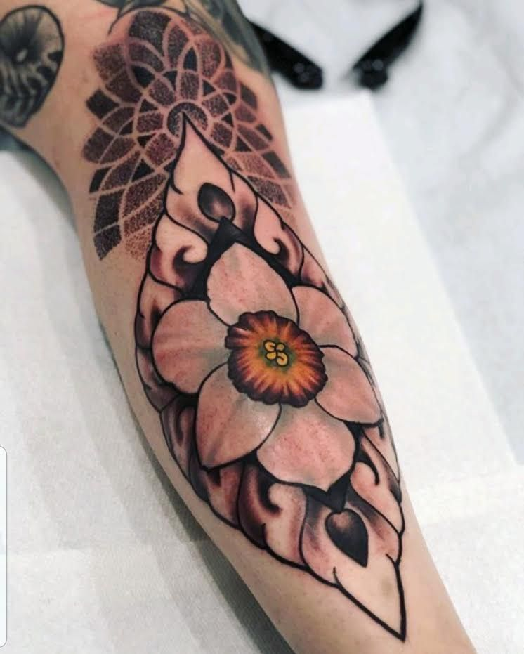 Narcissus flower added to leg sleeve by Tim! tattoo