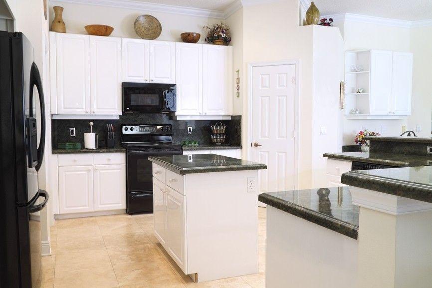 Einfache weiße Küche mit dunklen Arbeitsplatten Küchenideen - küchenschrank mit arbeitsplatte