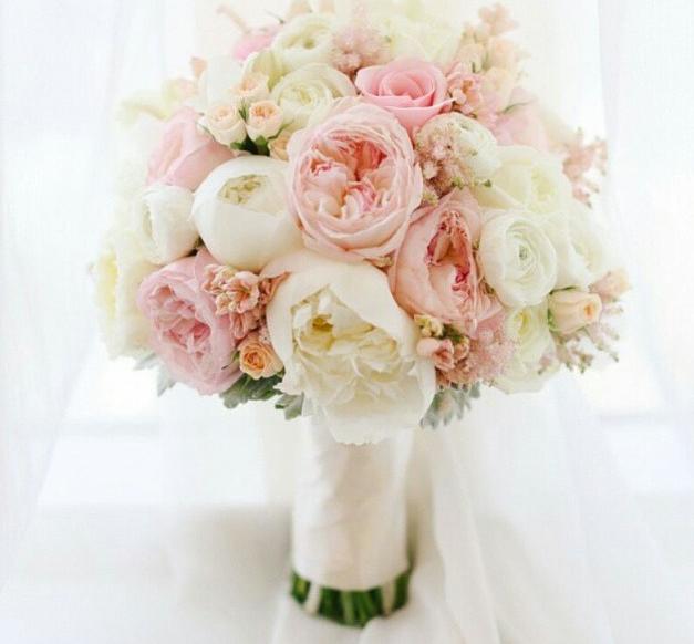 Piwonie Jaskry I Mini Rozyczki Peony Bouquet Wedding Wedding Bouquets White Wedding Bouquets