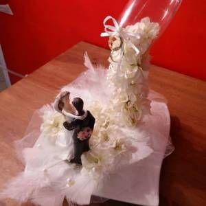 Centre de table mariage ou cadeau de mariage coupe en suspention cascade de fleures blanche, couple , alliance ; plume tul , perle