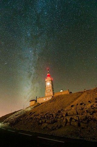 Noche estrellada con faro