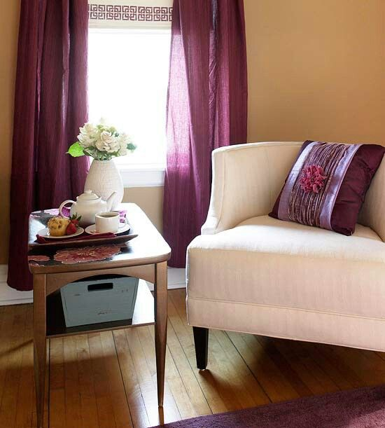 Decorating with pantone orchid in living room