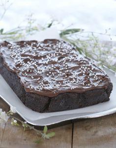 Her er oppskrift på en type brownies - en mørk drøm av en amerikansk sjokoladekake. Akkurat passe søt, mye glasur og herlig myk og god, og det beste av alt: den er utrolig enkel å lage. Brownies smaker helt fortreffelig med en kule god vaniljeis eller pisket krem ved siden av.