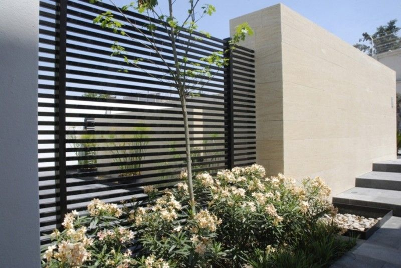 Outdoor design black modern iron fence with beige for Modern exterior wall design