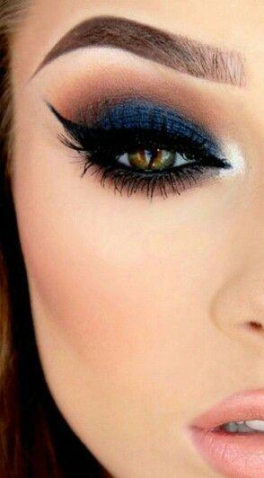 Maquillaje con vestido azul noche