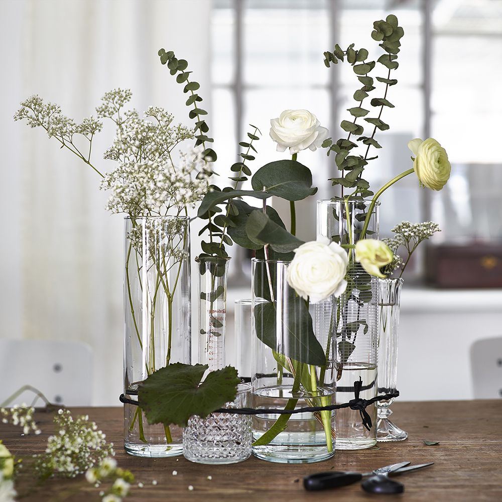 Mix and match eevryday vases and flowers for a stylish and inexpensive centrepiece #IKEA #tip #style #botanicals