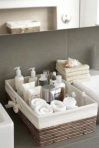 整然と並んだアメニティがホテルライクなインテリア ナチュラルなカゴを使った収納がオシャレですね インテリア 収納 小さなバスルームの収納 シンプル バスルーム