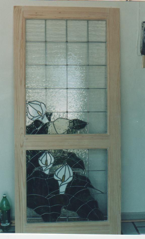 Puerta de madera con vitral. \