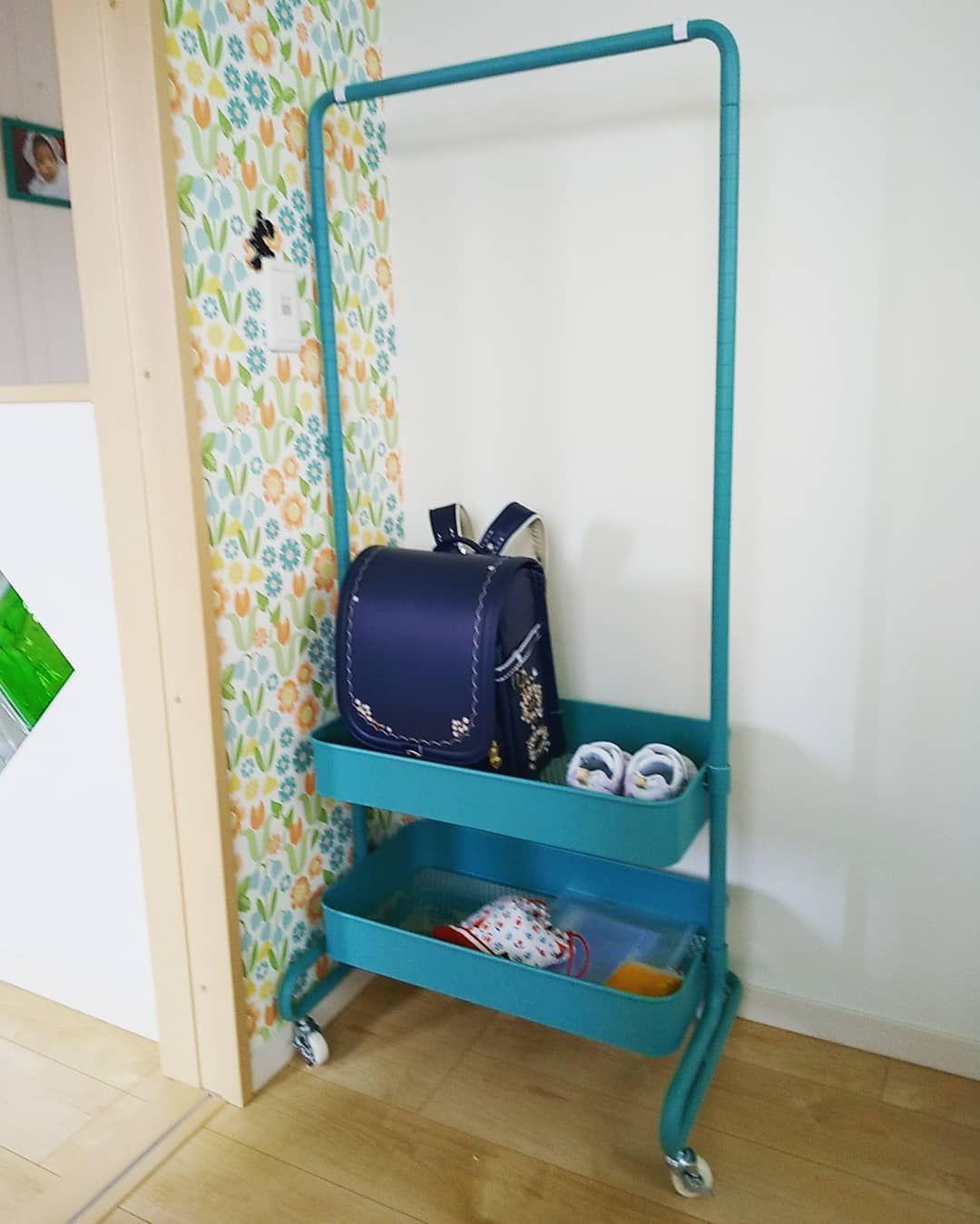子どもが帰ってきて床にポイッと適当に放置してしまうランドセルに悩んでいる人も多いのでは 床は傷つくし部屋も散らかってしまい 何とかしたい と思っている方もいることでしょう ちょっとした工夫やアイディアで ランドセルを子ども自身で収納できるスペースを