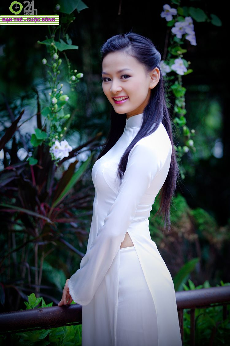 Beautiful school girls in graceful Ao Dai | Charming Vietnam ...