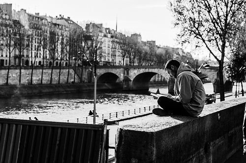 Las tardes parisinas se vuelven máginas en momentos de lecturas al lado del Sena.