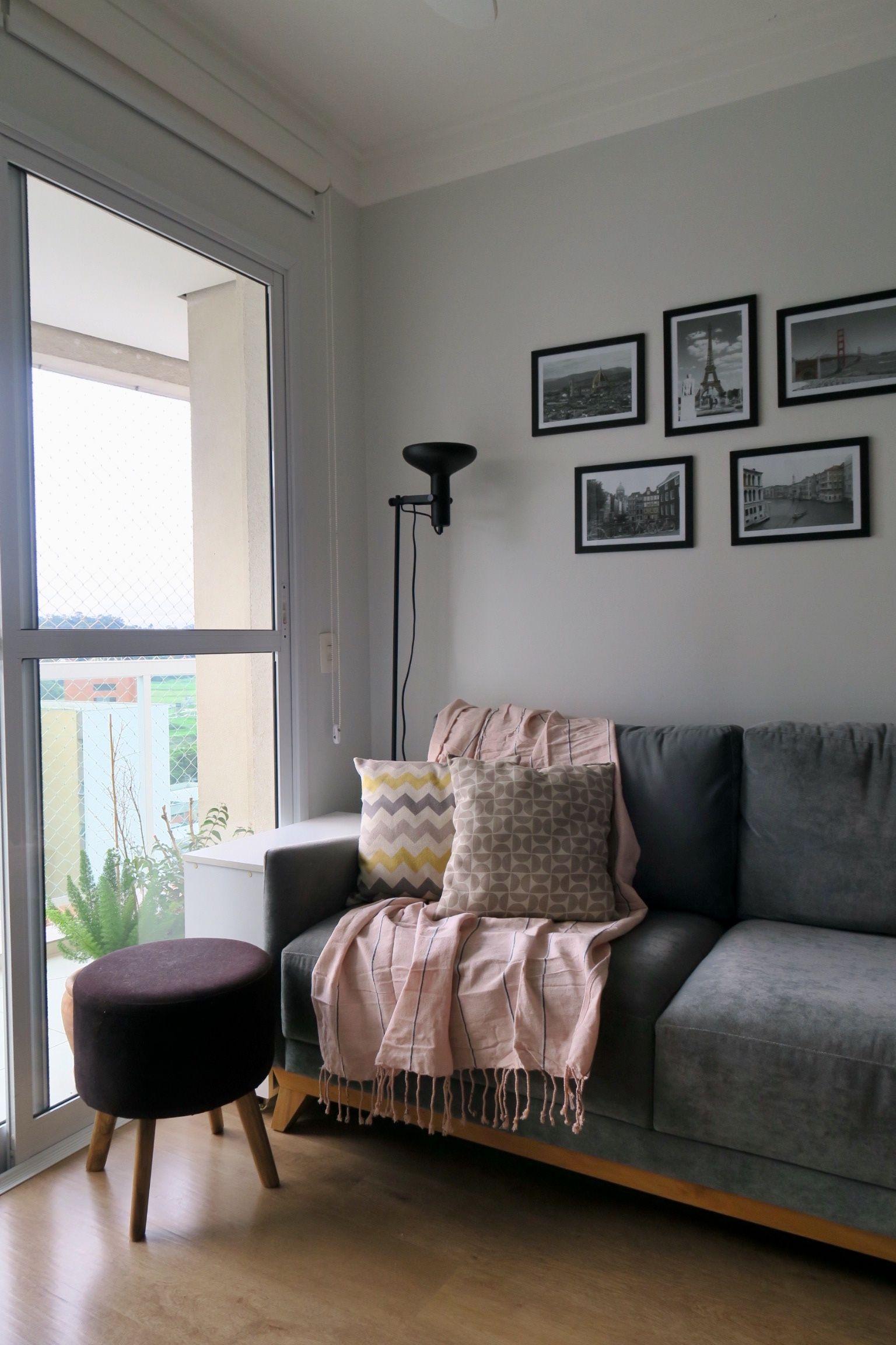 Sofa Cinza Manta Rosa Quartz Almofadas Cinza E Amarela