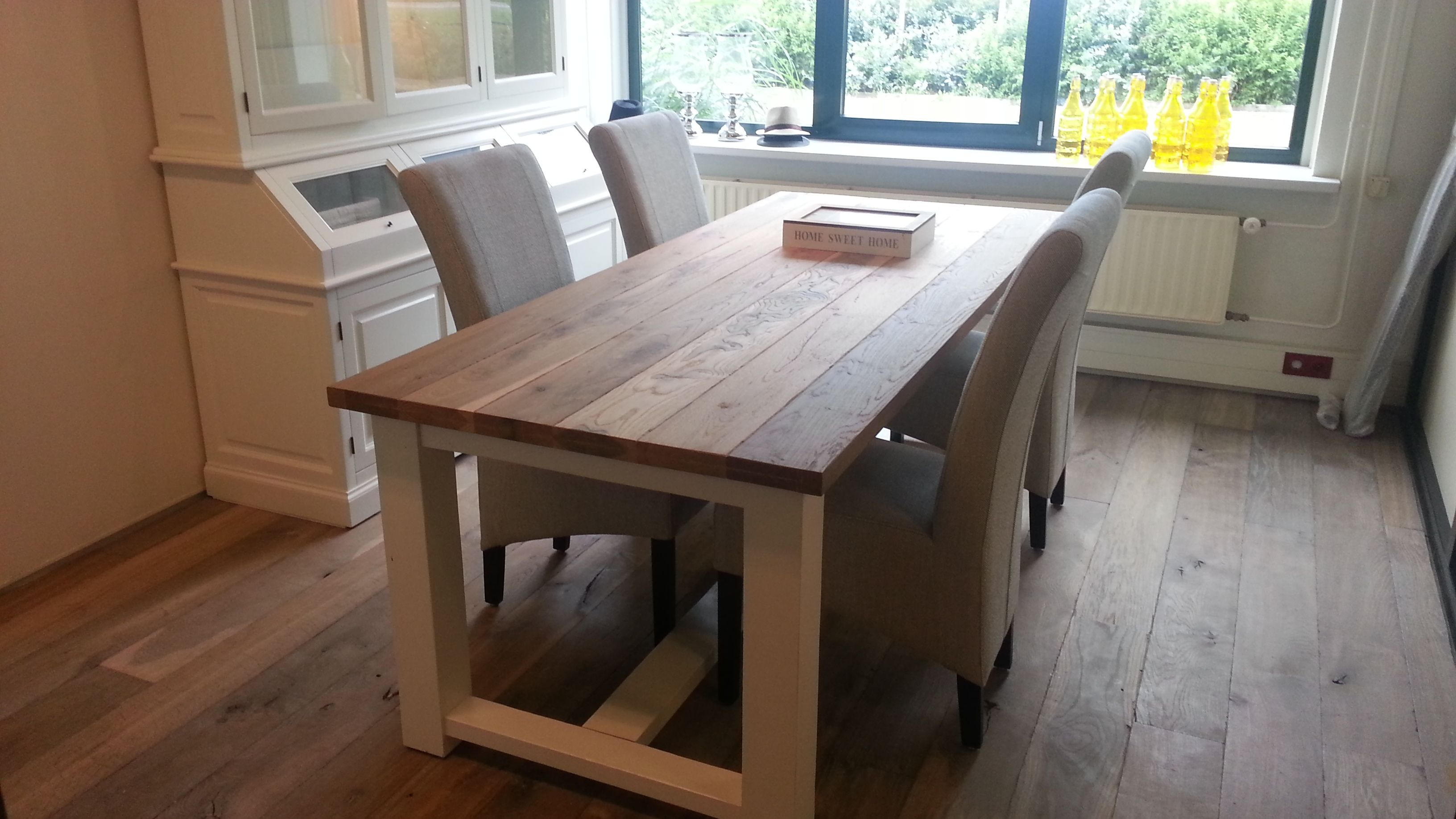 Houten york tafel gerookt met witte poten gerookte houten vloer en