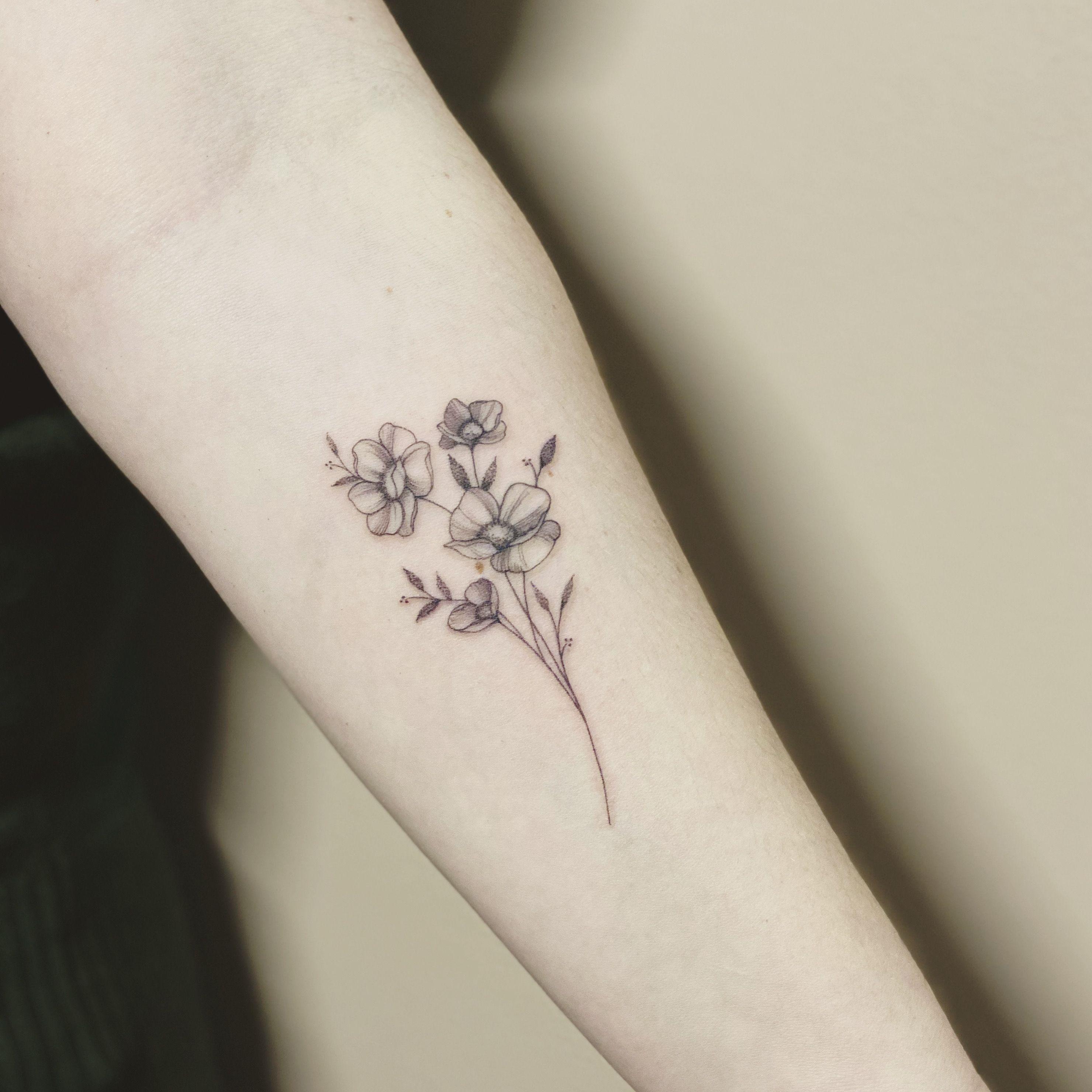 #firsttattoo #flowertattoo done @physalistattoo 🌹 #tattoo #fineline #fineliner #tats #tattooparis #paris #ink #inked #instaink #inkedlife #instagram #tattoofloralparis #singleneedle #tattoofloral #paristattoo #instatattoo #instainked  #tatouee #tatouage  #flowertattoo #carinsilvertattoo