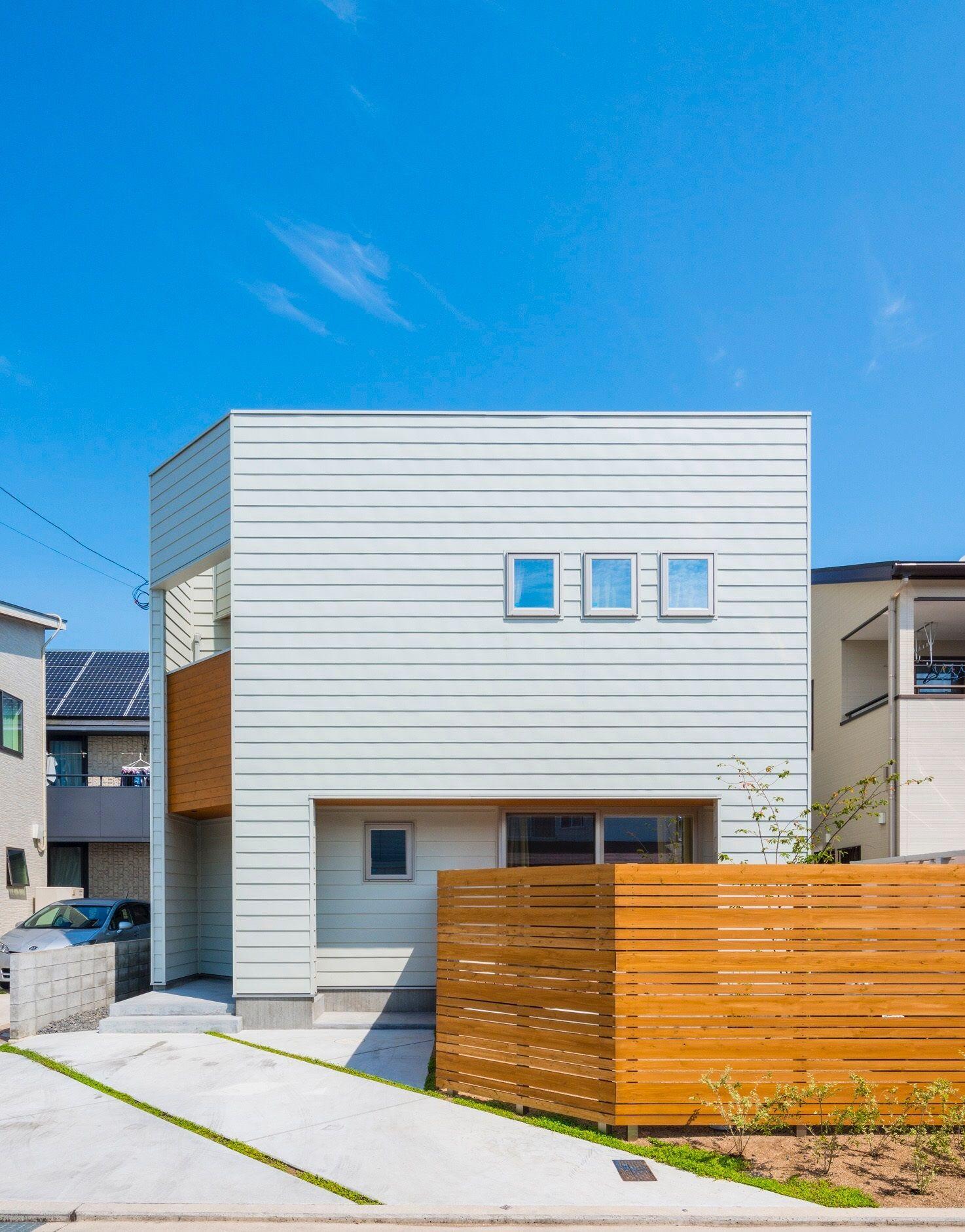 グレーガルバの横張りが映えるシンプルボックスの家 建物の凹凸と窓の