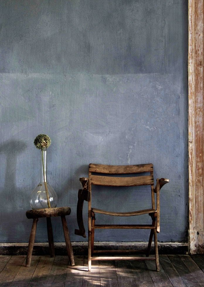 A Lime Washed Wall In Tucson By Bauwerk Colour Creates An Aged Appearance And Contrast To The Vintage Furniture Washing Walls Rustic Home Interiors Lime Paint