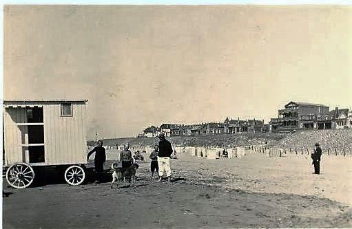 Het strandleven in vroeger tijden. Best wel praktisch zo'n koets