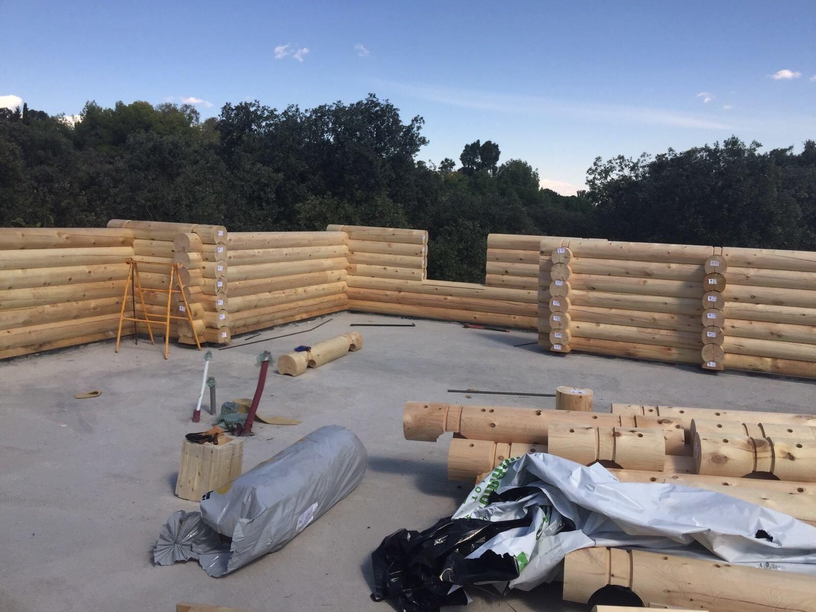 Troncos redondos de madera para la construcci n de una - Construccion de una casa ...