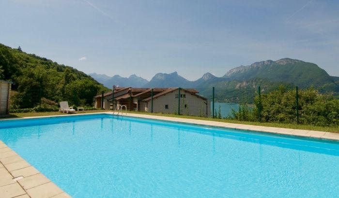 location vacances annecy avec piscine piscine avec vue unique sur la baie de talloires et le lac