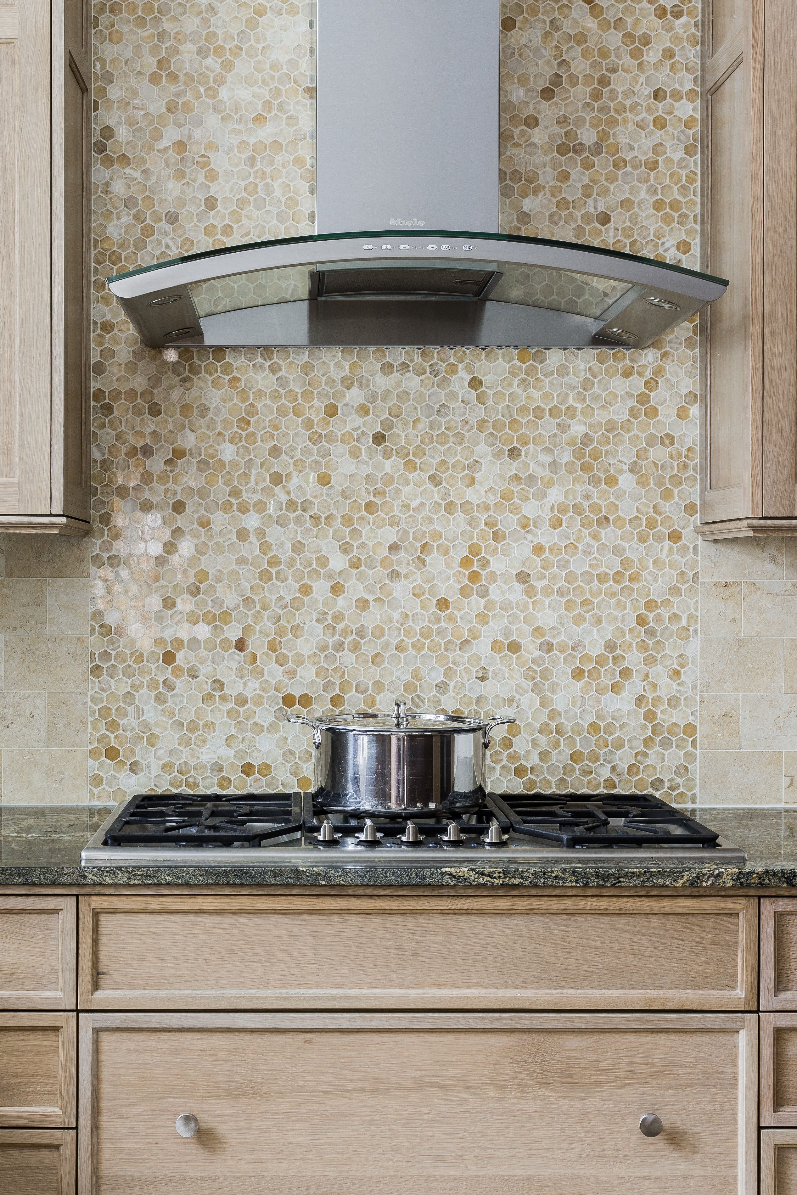 Honey Onyx Honeycomb Mosaic Behind The Range Hood This Wilson Kelsey Design Kitchen Project In The Boston Area Kitchen Backsplash Backsplash Slate Backsplash