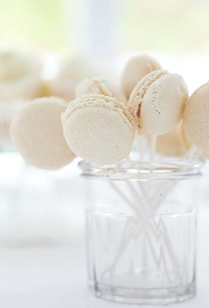 Macaroon lollipops