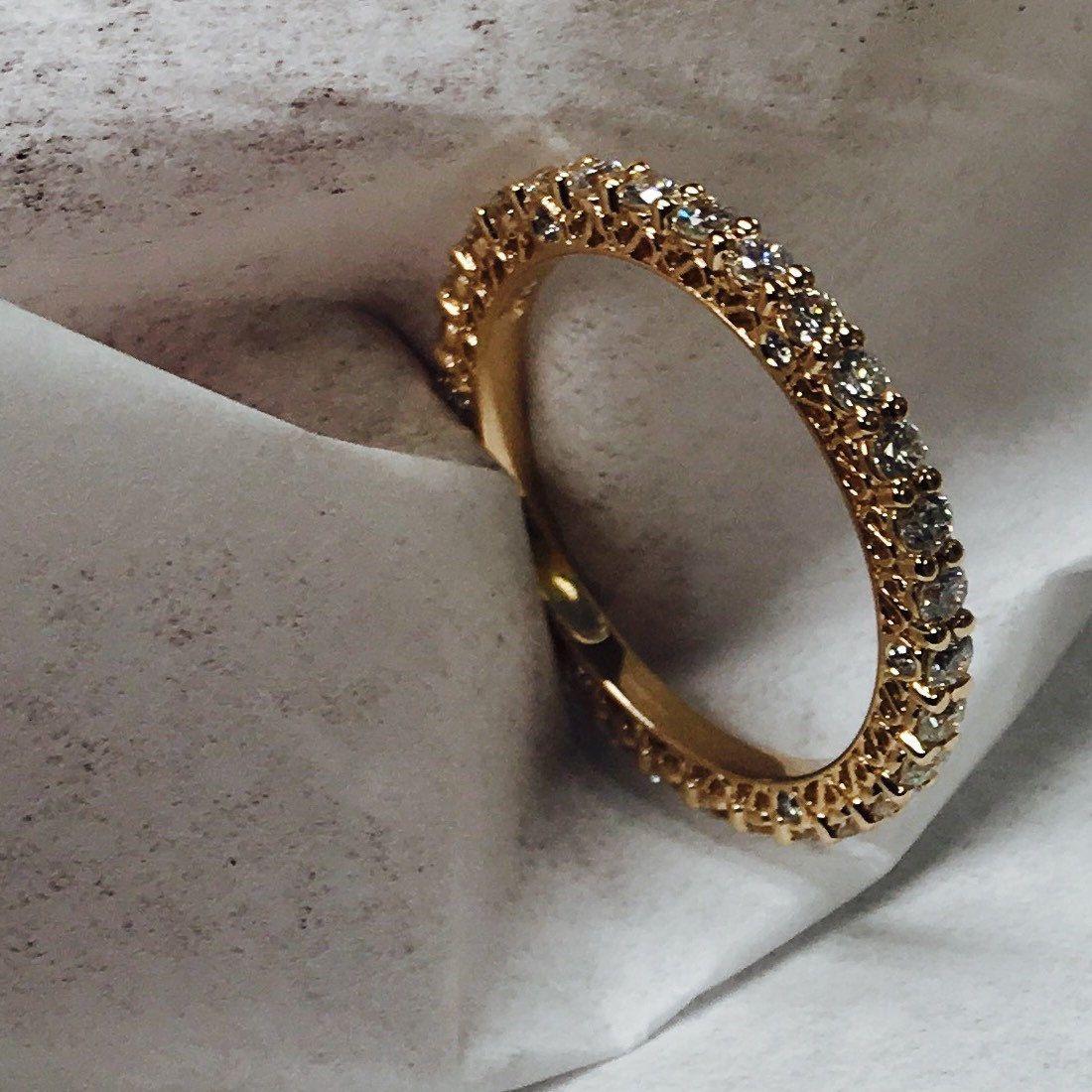 Ladies 18kt white gold diamond eternity infinity wedding