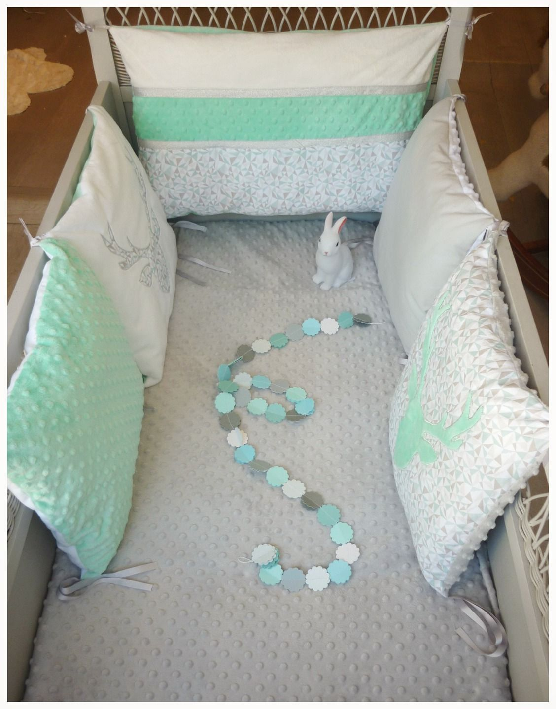 tour de lit b b carr t te de cerf vert d 39 eau blanc et gris linge de lit enfants par les. Black Bedroom Furniture Sets. Home Design Ideas