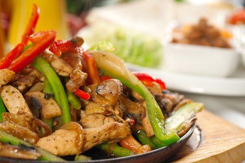 A continuación te presentamos una receta muy sencilla de hacer y que además es deliciosa: pollo con pimientos. ¿Te atreves a prepararla?