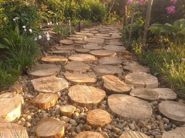 Allée de jardin bois rustique joints de conception cailloux matériau ...