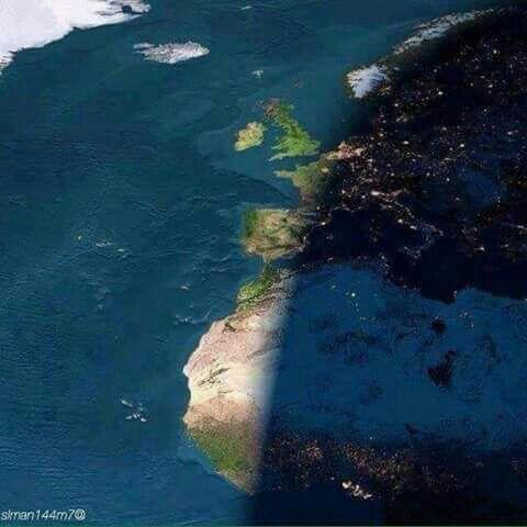صورة رائعة لكوكب الارض من الفضاء توضح لك الليل وقد حل على نصف الكرة الأرضية والنهار ايضا في النصف الاخر Night On Earth Day For Night Nature