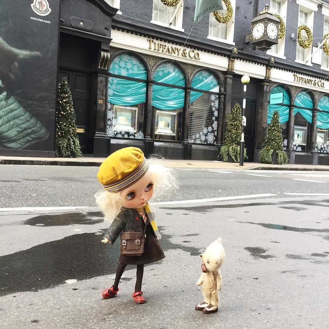"""""""Ted...when you're all  grown up would you please buy for me a great big diamond ring from Tiffany!"""" #london  #tiffany #tiffanyandco #bondstreet  #christmas  #ransilentnight  #dewdropteddybears  #schooluniform  #kawaii  #blythedoll  #dollphotography  #ootd by dollytreasures"""