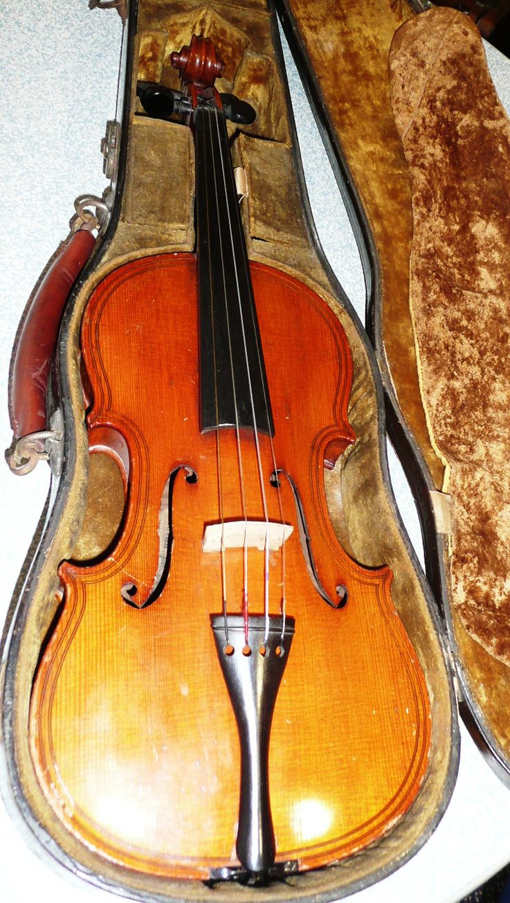 Old wood minerale interior of violin - Tennants Auctioneers A 19th Century German Copy Of A Maggini Violin