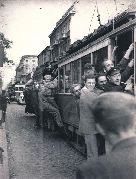 Stare zdjęcia Łodzi. Łódź w latach pięćdziesiątych XX wieku / W początkach lat 50. podróżowanie łódzkimi tramwajami nie było łatwe. Linie obsługiwał głównie przedwojenny jeszcze tabor