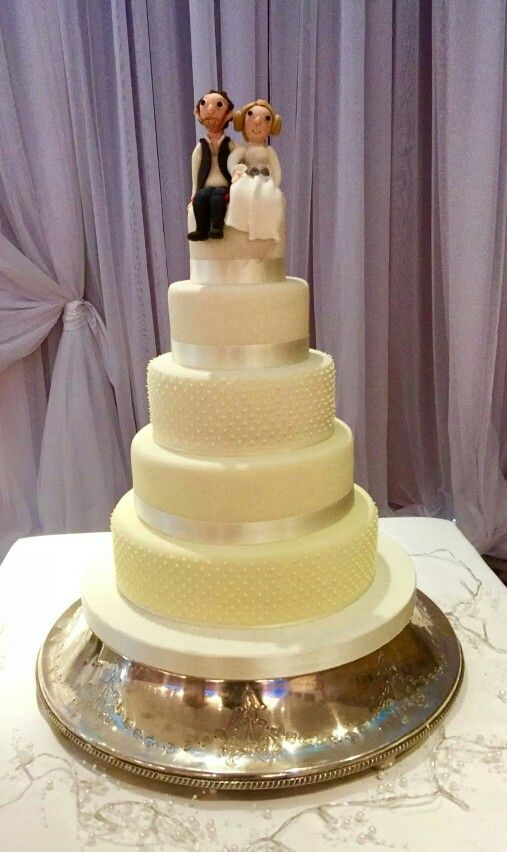 This couple chose a classic design in shades of lemon , topped off ...