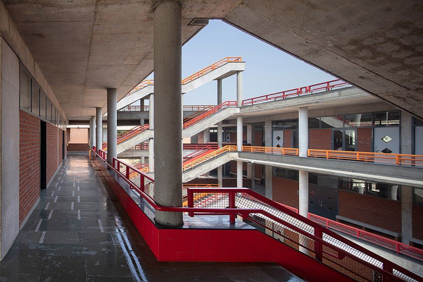 Shaily Gupta S School In India Features Brick Blocks Connected By A Floating Concrete Roof Concrete Roof Architecture Brick Block