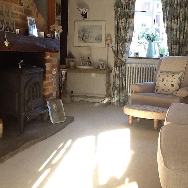 Buon pomeriggio…  Jeannette ha lasciato la città e si è trasferita in un bel cottage in pietra nella campagna del Kent …          ...