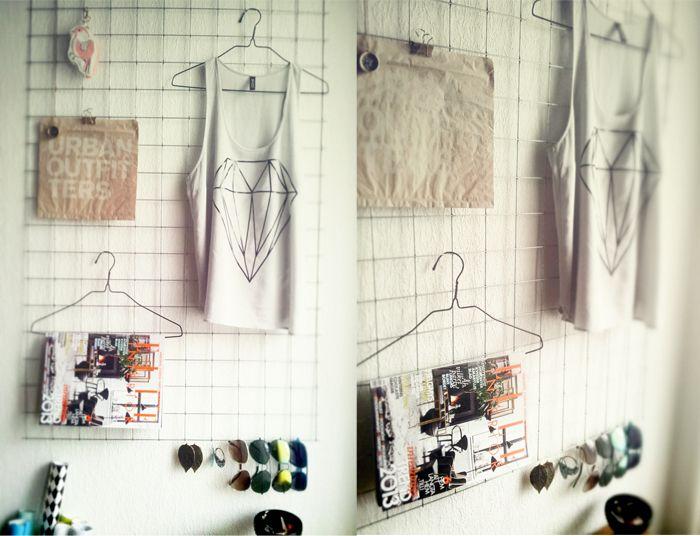 Bra idé att sätta galler på väggen, lätt att hänga upp saker och variera Notebook and planner