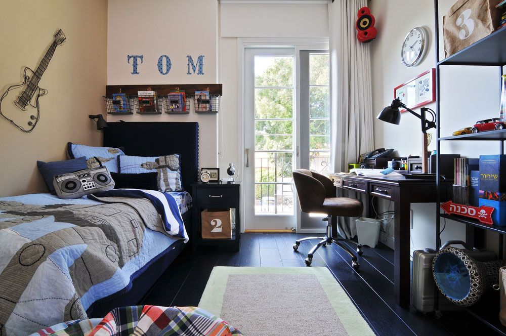 חדרי הילדים צבעוניים: בחדרו של הבן כחול וחום, מכתבת עץ כהה ומוטיבים מעולם המוזיקה ( צילום: שי אדם )