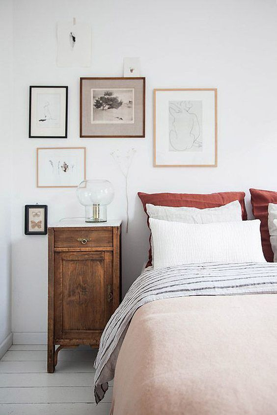 Beautiful Simple Vintage Inspired Bedroom With Layered Bedlinen Vintage Bedside Table With A Marble Top Wall Home Decor Bedroom Retro Home Decor Interior