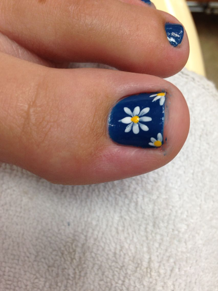 Daisy toe nail | My nails | Pinterest | Toe nail art, Mani pedi and ...